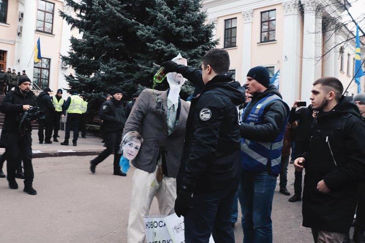 Поліція влаштувала штовханину, аби врятувати опудало Сороса_1