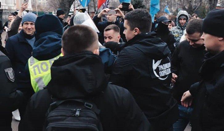 Поліція влаштувала штовханину, аби врятувати опудало Сороса_2