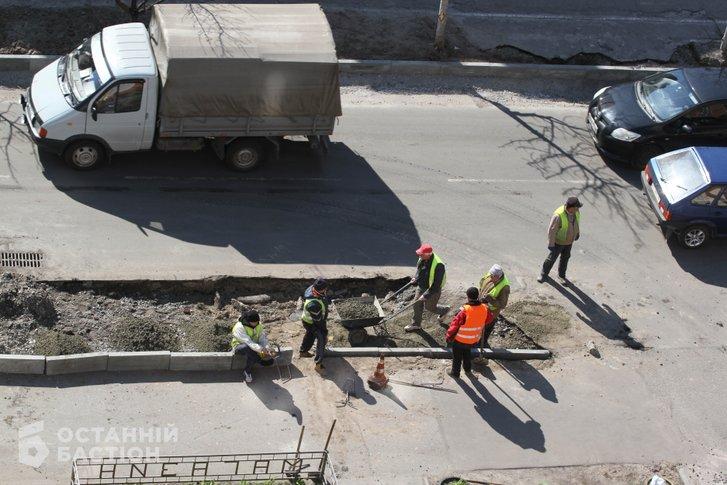 Зараз ведуться ремонтні роботи тротуарів поблизу дитячої міської лікарні Полтави, мікрорайон Левада
