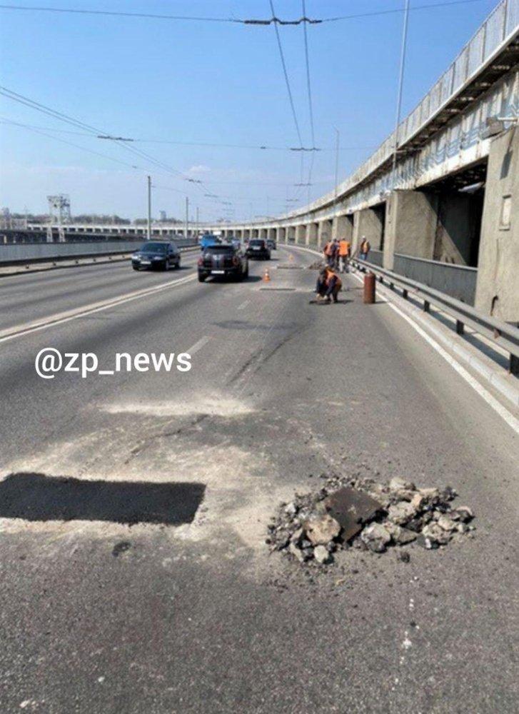 Дорожні служби Запоріжжя латають нещодавно заасфальтоване покриття ДніпроГЕС_1