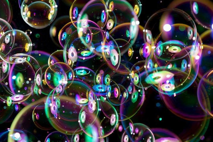 Чому мильні бульбашки є різнокольоровими?_1