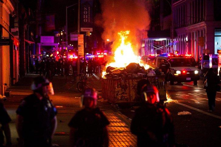Палаючі барикади у середмісті Мангеттена