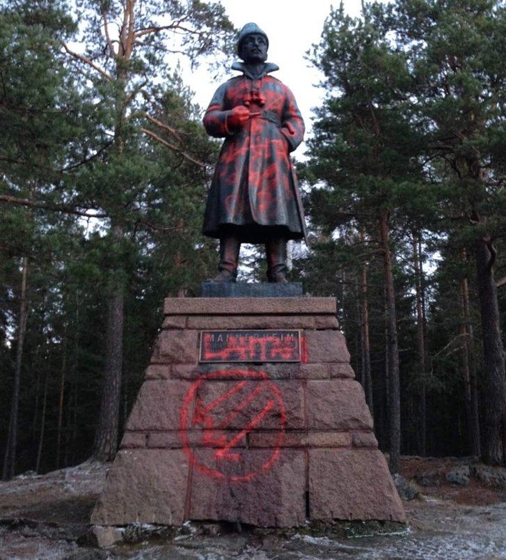 Сплюндрований ліваками пам'ятник маршалу Маннергейму у місті Тампере