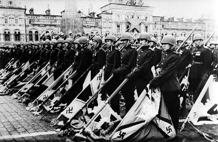 Бійці Червоної армії зі стягами Третього Райху (Москва, літо 1945 року)