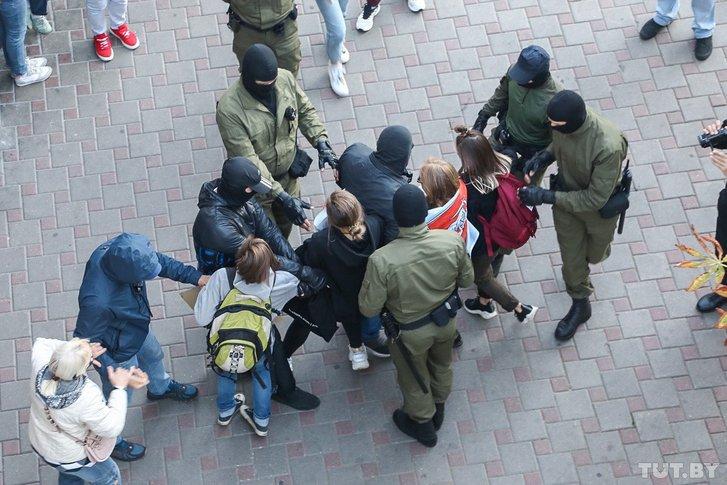 Затримання жінок з національним прапором Білорусі у Мінську (08.09.2020)