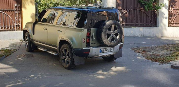 Автомобіль, на якому пересувається Головко, навпроди майбутнього ресторану