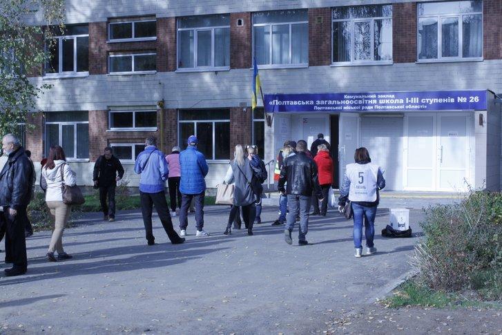 Біля дільниці у полтавській школі №26