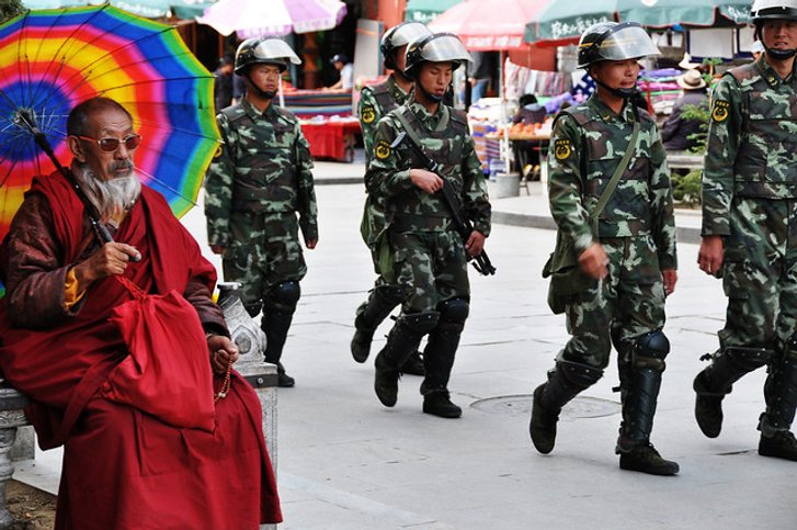 Буддійський чернець і китайське військо у середмісті тибетської столиці