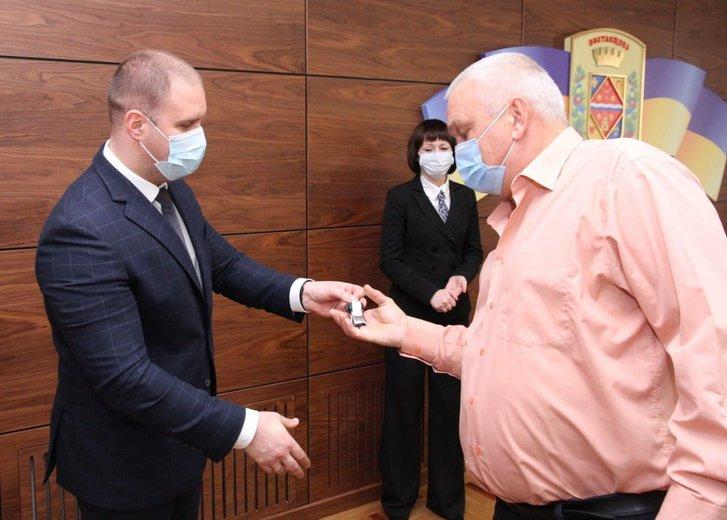 Олег Синєгубов передає ключі від автобуса
