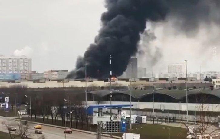 У Москві чутно сильні вибухи через пожежу на складі з газовими балонами_1