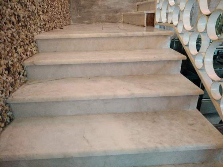 Мармурові сходи та стіна оздоблена мушлями