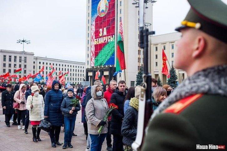 Прихильники Лукашенка відзначили річницю більшовицького перевороту_3