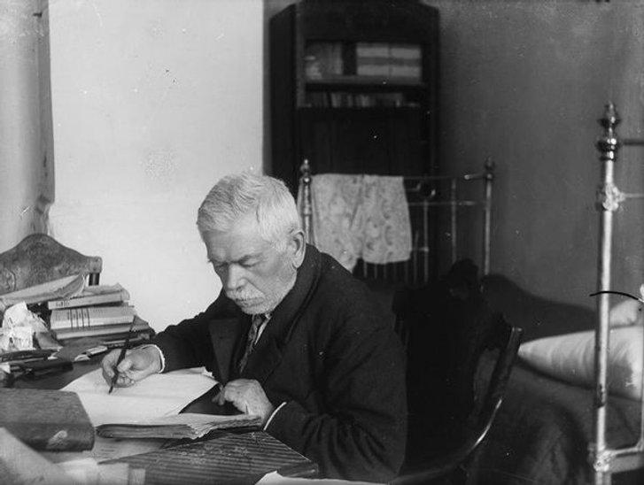 Дмитро Багалій у власній квартирі (Харків, 1920-ті)