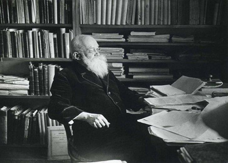 Михайло Грушевський за роботою у власному кабінеті