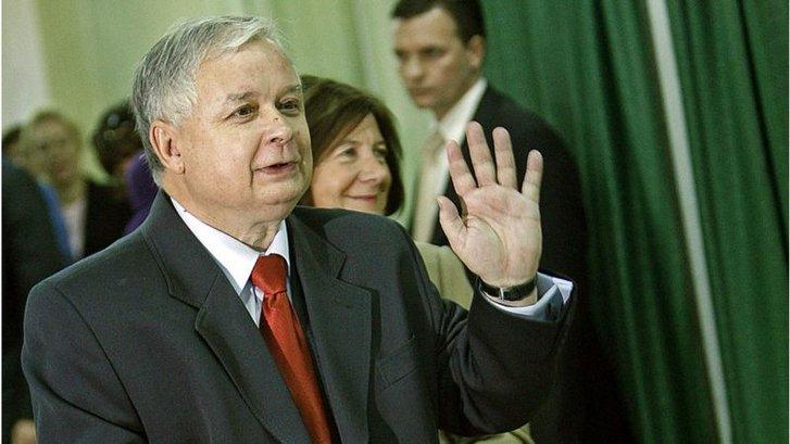 Катастрофа під Смоленськом сталася за пів року до виборів президента Польщі. Зважаючи на результати соцопитувань, обратися на другий термін Леху Качинському було б дуже складно