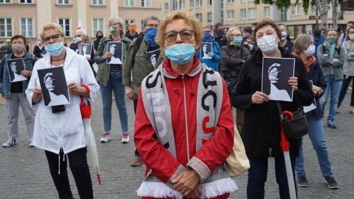 Суддя Лончевський певний час був своєрідним символом у риториці польської влади, що обіцяє запустити судову систему країни. Судова реформа, ініційована чинною владою, викликала протести всередині країни і була розкритикована Брюсселем