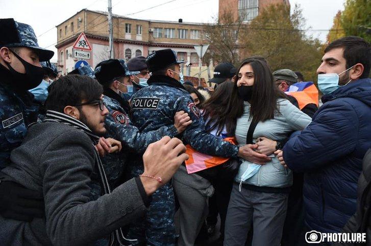 Вірменська опозиція закликала громадян до «мирного перевороту»_1