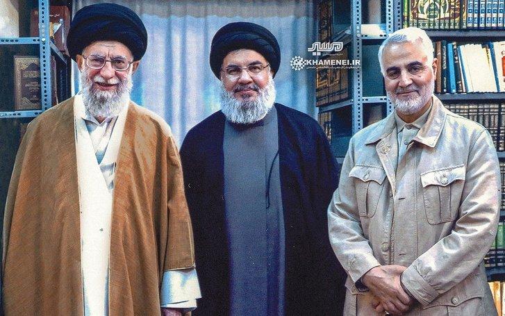 Зліва направо: Аятола Алі Гаменеї, начальник центру «Хезболла» Гассан Насралла, командувач сил КВІР Касем Сулеймані