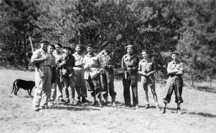 Французькі партизани разом з офіцерами УСО (1943 рік)