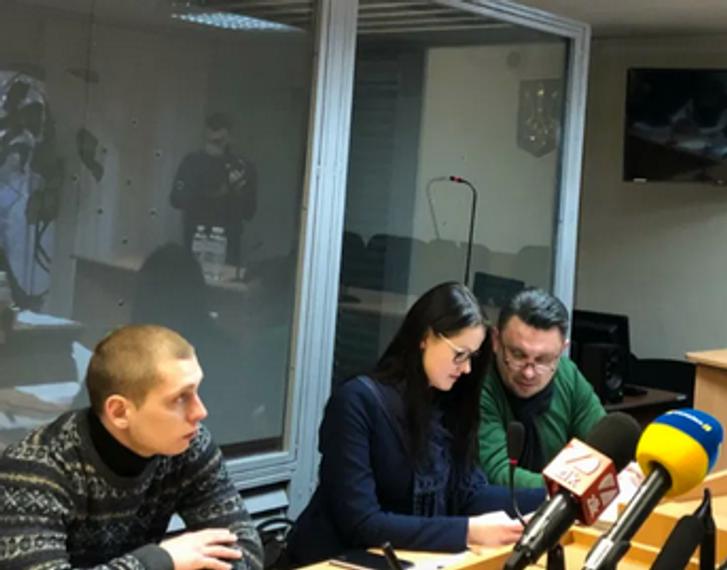 Сергій Олійник (крайній ліворуч) на лаві підсудних