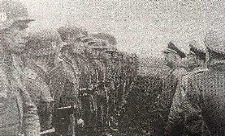 Іван Фіалка (крайній зліва) на стройовому вирядженні Дивізії