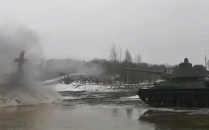 Масниця «з вогником»: на Росії з Т-34 розстріляли опудало_1