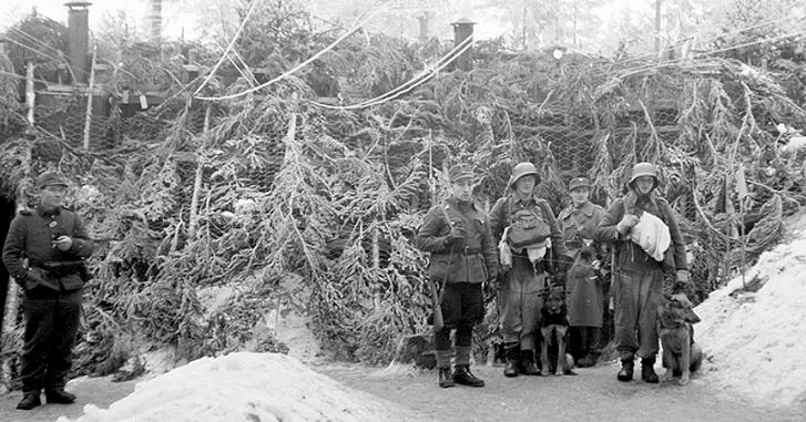 Фінський штурмовий загін перед замаскованим бетонним бункером