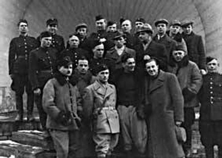 СтаршинаАрмії УНР Юрій Горліс-Горський із колишніми полоненими українцями-червоноармійцями (Фінляндія, 1940 рік)