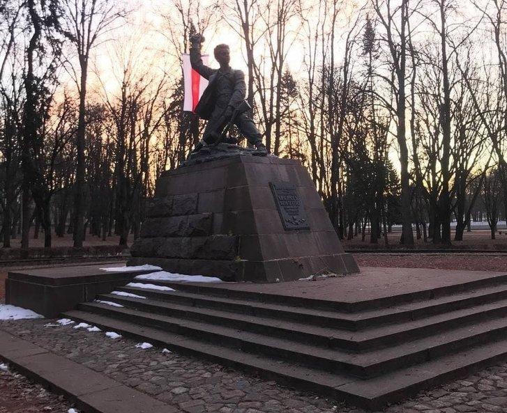 Пам'ятник діячу партизанського Руху опору у Другій світовій війні Марату Казею у Мінську також прикрасили білоруським національним стягом