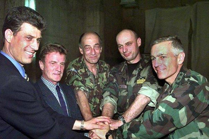 Хашим Тачі (крайній зліва) разом із бойовиками