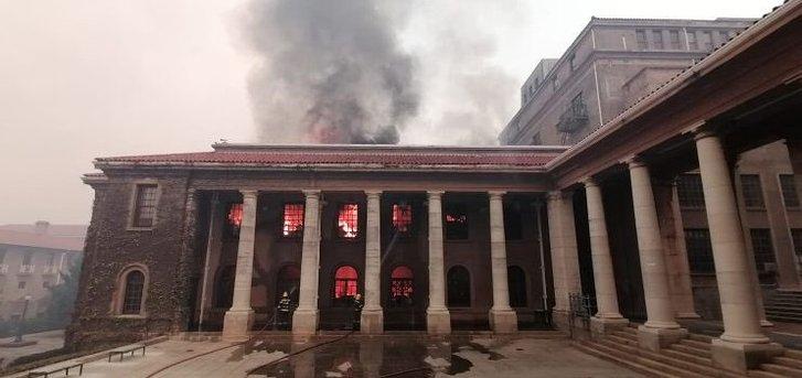 У Кейптауні вщент згоріла унікальна бібліотека_1