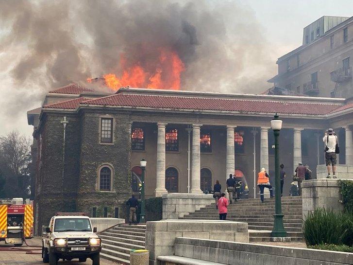 У Кейптауні вщент згоріла унікальна бібліотека_3