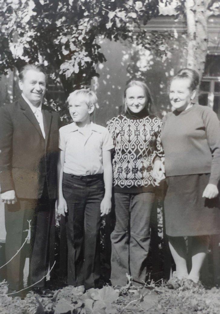 Сім'я Гончаруків біля власного будинку на Харківщині, 1978 р.