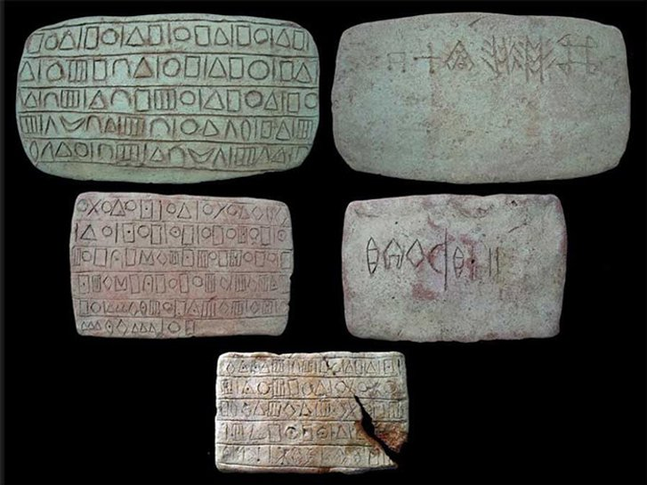 Глиняні таблички мали тексти, написані в двох системах письма.