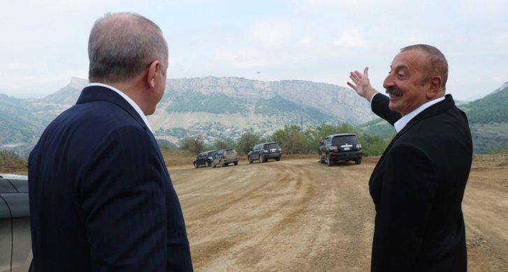 Р.Т. Ердоган (ліворуч) та І. Алієв (праворуч) на околиці м. Шуша