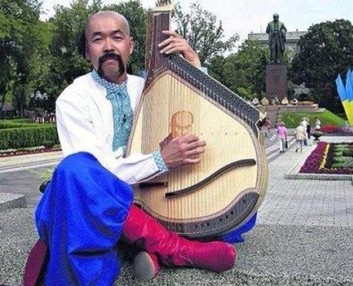 Сьогодні День народження святкує Чарлі Сакума  – японець, який грає на бандурі і танцює гопак_2
