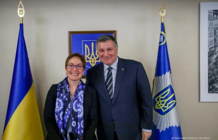 Посол Сполучених Штатів в Україні (2016-2019 рр.) Марі Йованович і міністр внутрішніх справ України Арсен Аваков