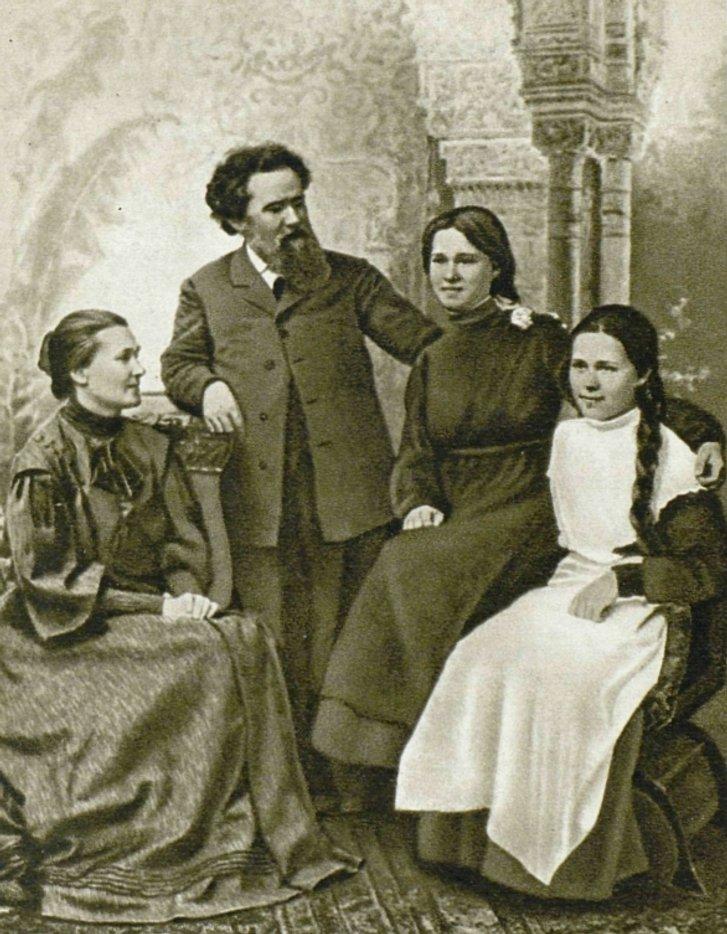 Володимир Короленко та його родина: дружина Явдоха Семенівна та дочки — Наталка і Софійка