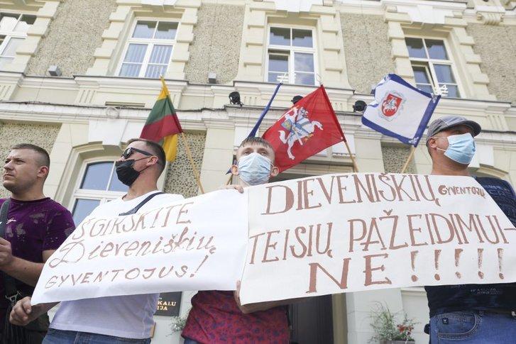 Литовці вийшли на вулиці, протестують проти розселення імміґрантів_3
