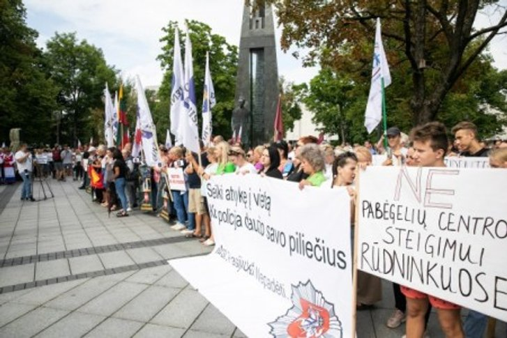 Литовці вийшли на вулиці, протестують проти розселення імміґрантів_1