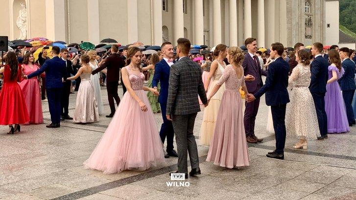 Випускники польських шкіл танцювали традиційний полонез_3
