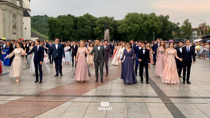 Випускники польських шкіл танцювали традиційний полонез_2