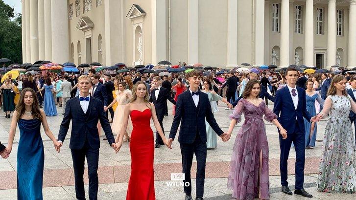 Випускники польських шкіл танцювали традиційний полонез_5