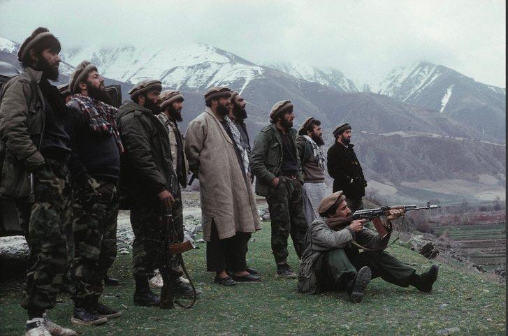 Панджшерський лев (сидить з АКМ) в оточенні своїх бойових побратимів (9.IX.2001)