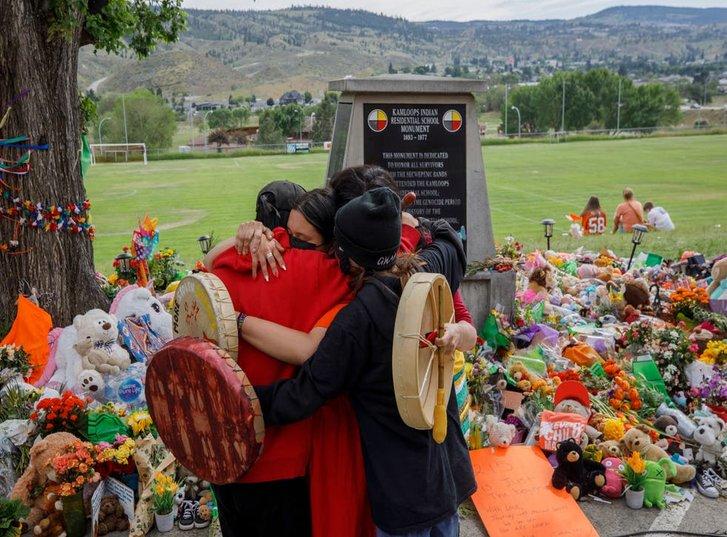 Родини вбитих індіанських дітей перед входом до католицького інтернату у Каплусі