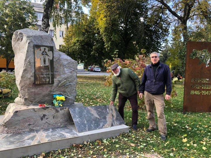 У Полтаві громадські діячі впорядковують меморіал жертвам Голодомору-геноциду_1
