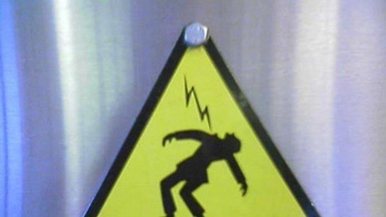 На Полтавщині від ураження електричним струмом один чоловік загинув, а інший знаходиться в лікарні