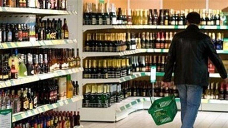 Штрафом відкараскались дільці, які тонами продавали фарбований спирт під виглядом коньяку