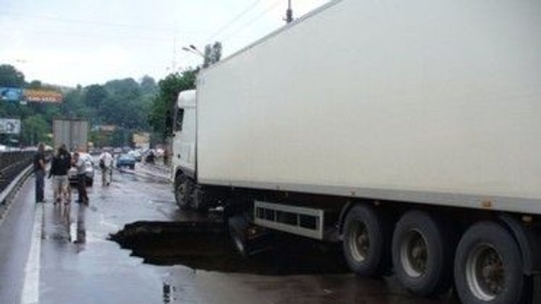 На Полтавщині зловмисники злили з фури 650 літрів палива
