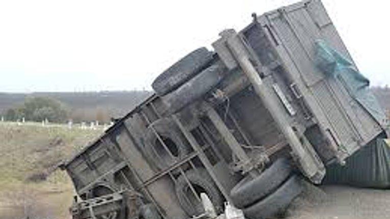 На автодорозі Київ-Харків перекинувся КаМаЗ. Двоє людей травмовані